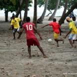 Foot en Haïti – Les joueurs de Cayes à l'eau