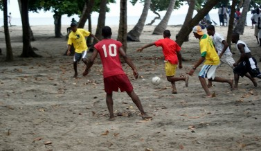 Foot en Hati &#8211; Les joueurs de Cayes  l&rsquo;eau
